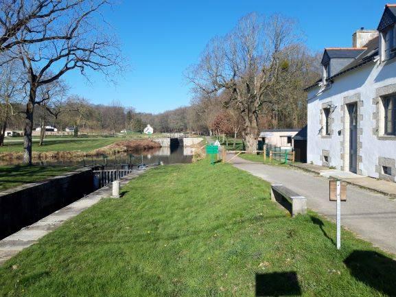 Louarnig Park aux bords du Canal de Nantes à Brest - Photo d'aujourd'hui